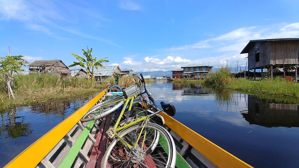 Vélos sur le bateau, seul moment sympa de la balade!