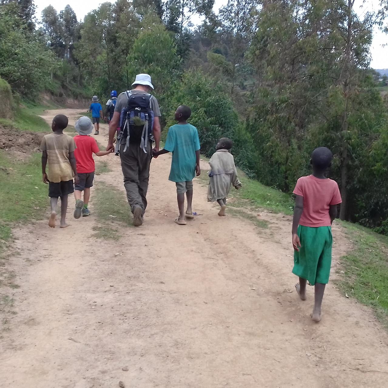 Les enfants marchent avec nous