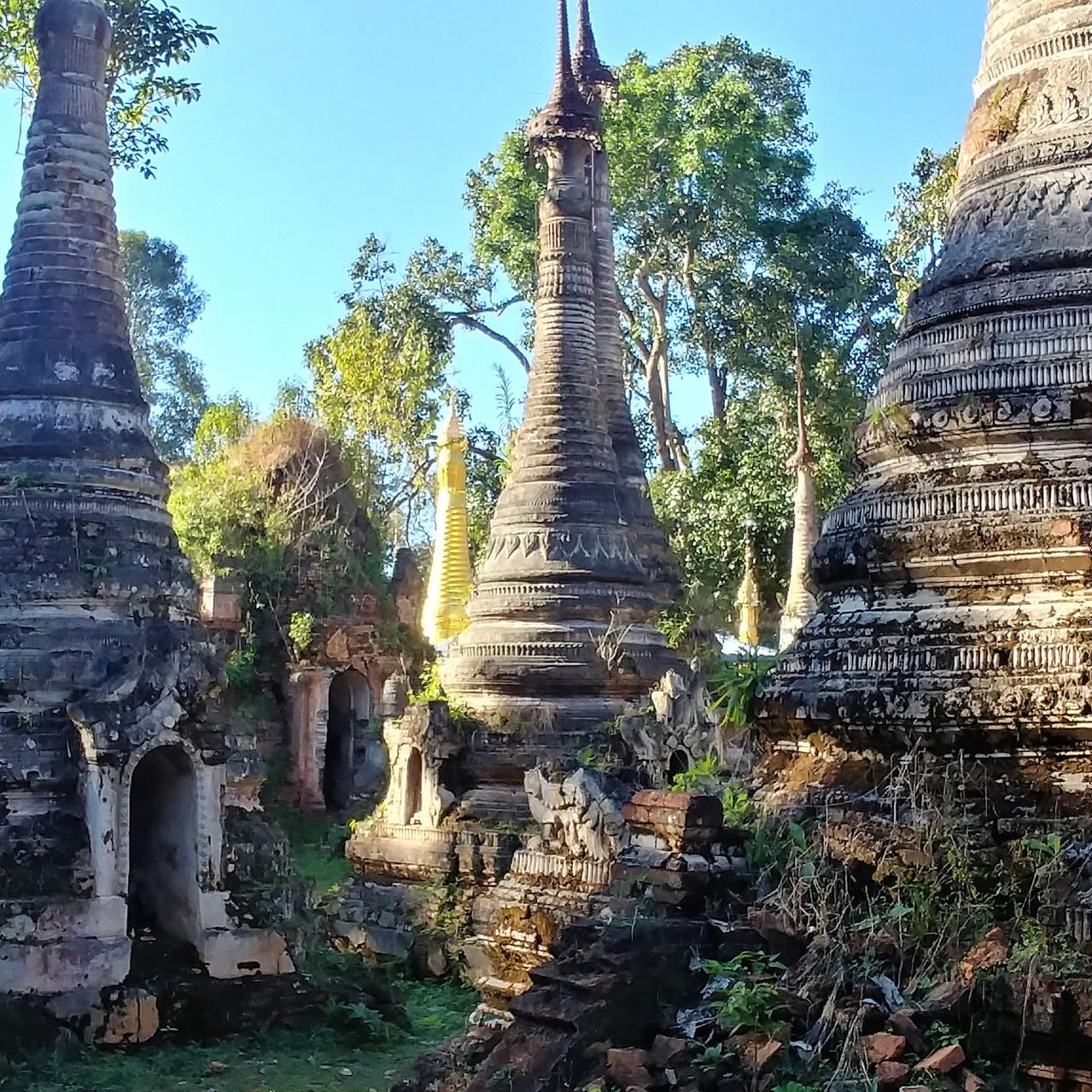 Stupas au détour d'un sentier