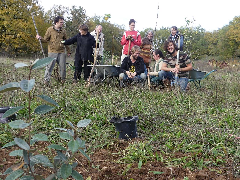 """équipe qui s'est relayée chez Olivier et Guillaume DIEZ pour la plantation du """"jardin forêt"""""""