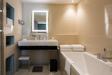 Hotel_CrownePlaza_SDB_Suite2etage_HD.jpg