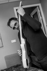 Paul Lenders probeert gitaar