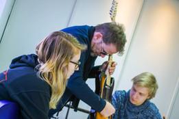 Paul Lenders bekijkt hals met leerlingen