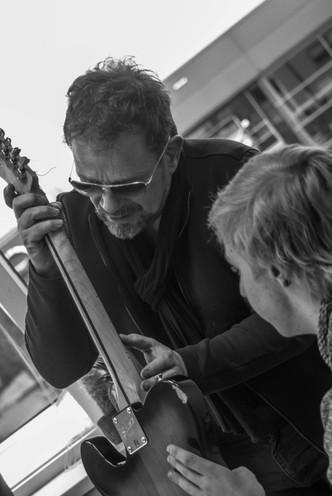 Paul Lenders bekijkt hals met leerling