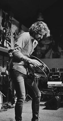 Paul de Zeeuw met acoustische gitaar