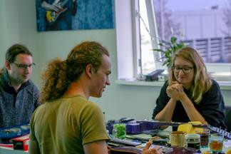 Leerlingen praten over de gitaar