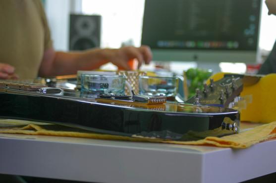 Leerling maakt gitaar schoon