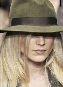 Le chapeau, accessoire tendance  de cet été mais lequel choisir ?