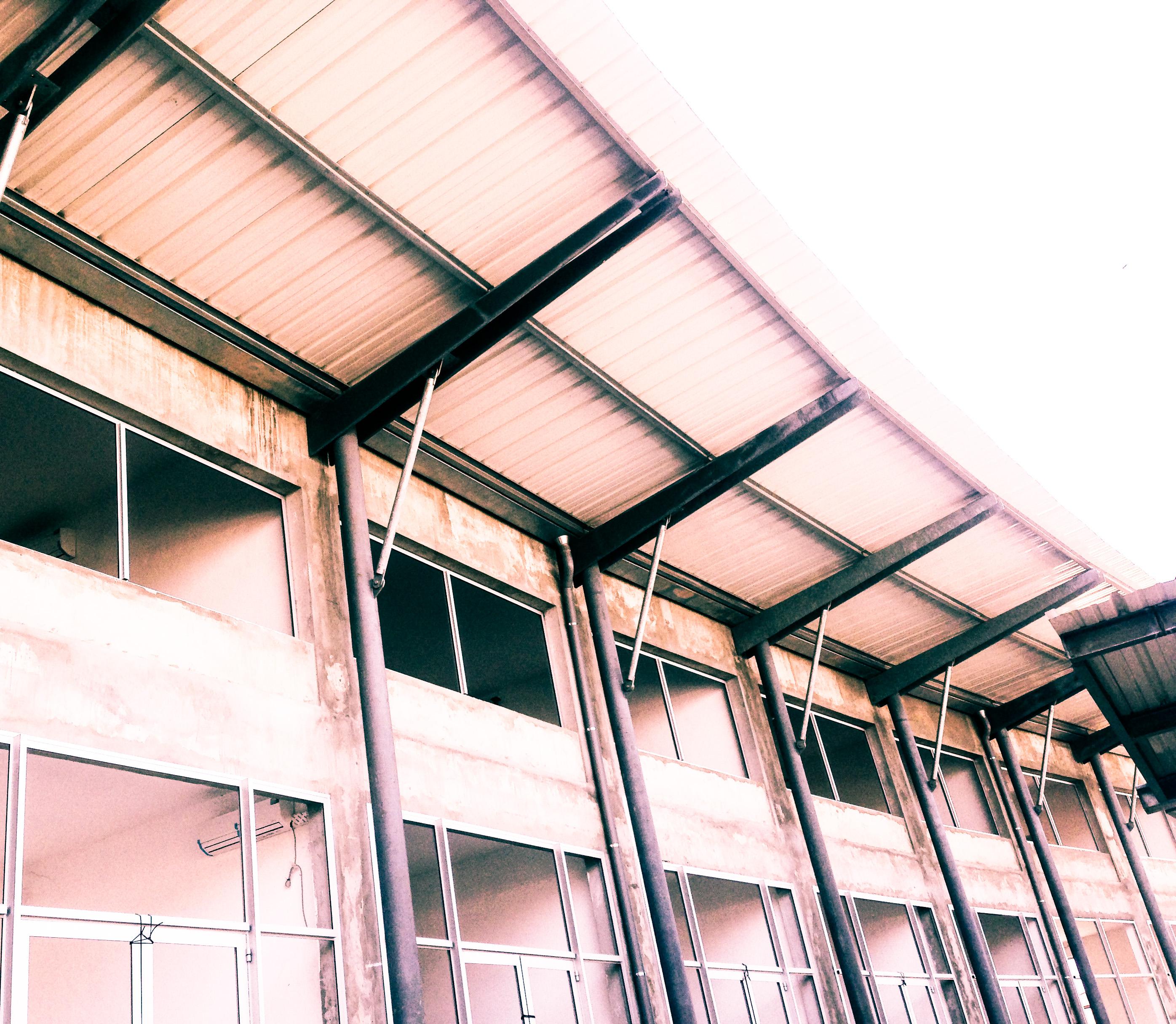On pose les cadres des baies vitrées