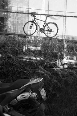 Moto, vélo, voiture... et lui