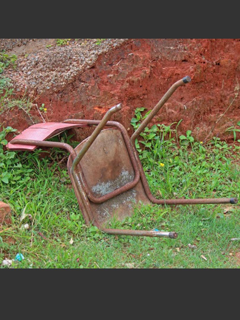 an-abandoned-chair-1553340507j7u---Copie
