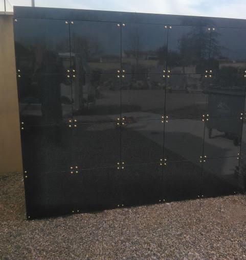Columbarium avec case béton et porte granit