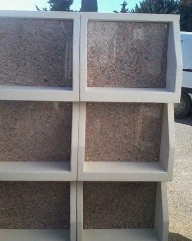 Case de columbarium en béton avec porte granit
