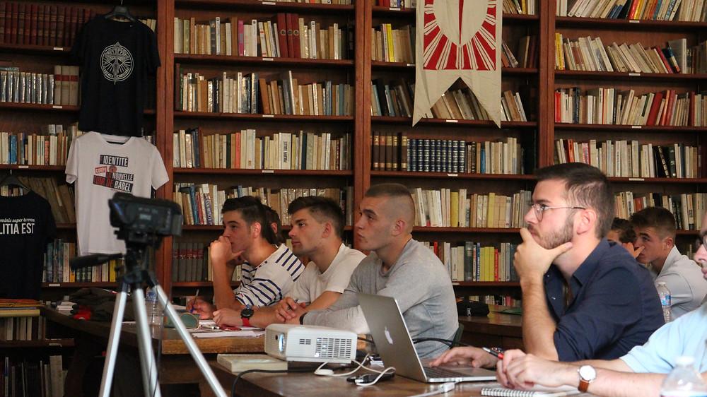 Les étudiants d'Academia Christiana écoutant une conférence