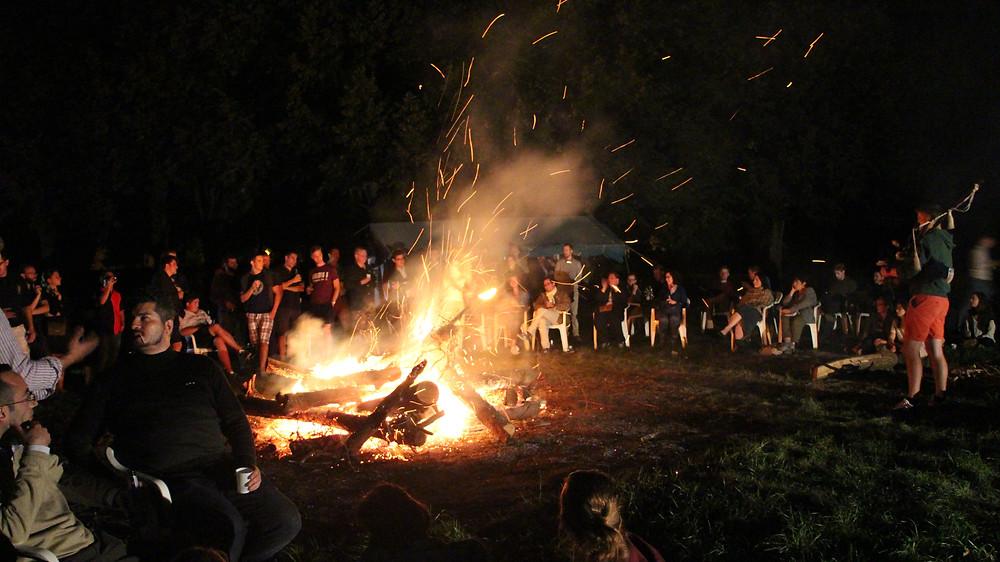 Veillée à l'université d'été avec magnifique feu de camp