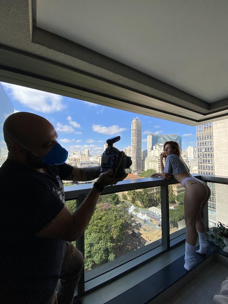 Lary Cubas e o skyline de São Paulo