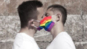 pareja-gay-regala-cubrebocas.jpeg