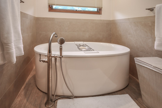Large bath tub with movable bath faucet head