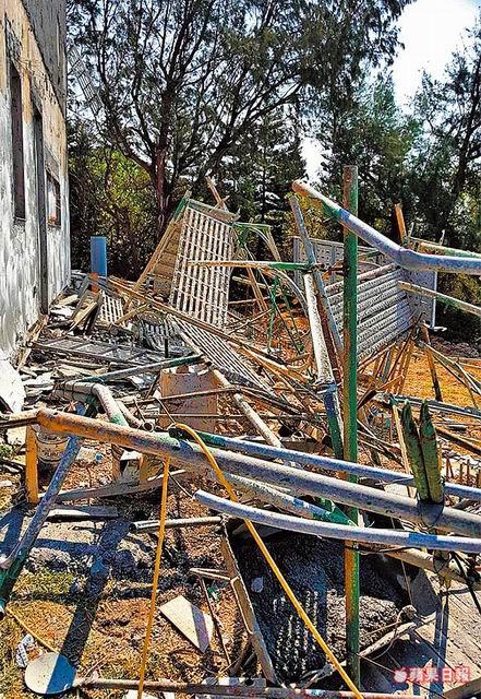現場倒塌的鷹架一片凌亂。澎湖縣消防局提供