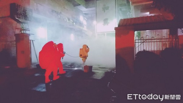 消防人員穿著A級防護衣與廠方技士進入廠內查修。(圖/記者林悅翻攝)