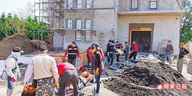 警消將鷹架倒塌墜落受傷的工人抬上擔架。澎湖縣消防局提供