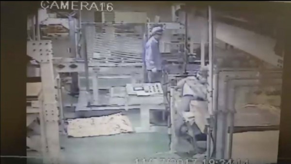 博智電子一名在廠房內工作的員工從頭部被夾入生產機械中,時間長達1分半。(圖擷取自影片)