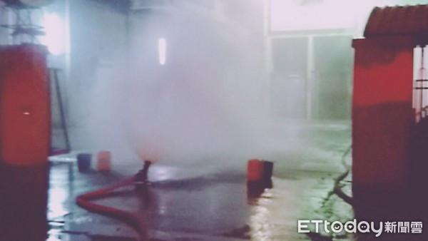 消防人員在現場架設2具砲塔撒水防護。(圖/記者林悅翻攝)