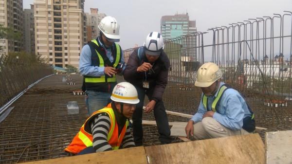 勞工局檢查發現欠缺照明設備,死者未戴安全帽,是這起死亡意外的重要原因。(記者張瑞楨翻攝)