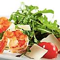 Салат с рукколой, креветками, авокадо и томатами черри