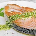 Стейк из лосося с соусом песто и базиликом