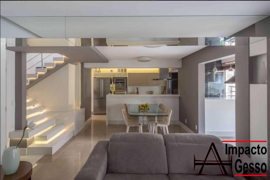 Escada-com-iluminação-embaixo-do-degrau-escada-iluminada-gesso-moderno-em-ambiente-integrado-Impacto