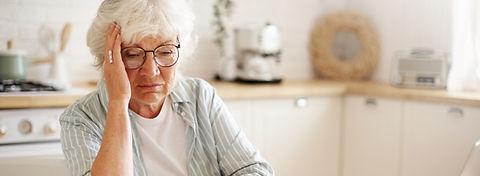 triste-mujer-jubilada-frustrada-mirada-deprimida-sosteniendo-mano-cara-calculando-presupue