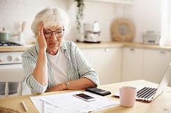 triste-mujer-jubilada-frustrada-mirada-d