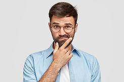 imagen-hombre-europeo-afeitar-vacilante-
