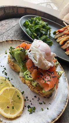 TARTINE NORDIQUE - Pain toasté, avocat, saumon fumé, oeuf mollet, ciboulette