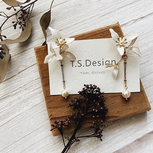 伊莉莎白-三瓣白花金葉耳環(針/夾)(需兩星期製作)