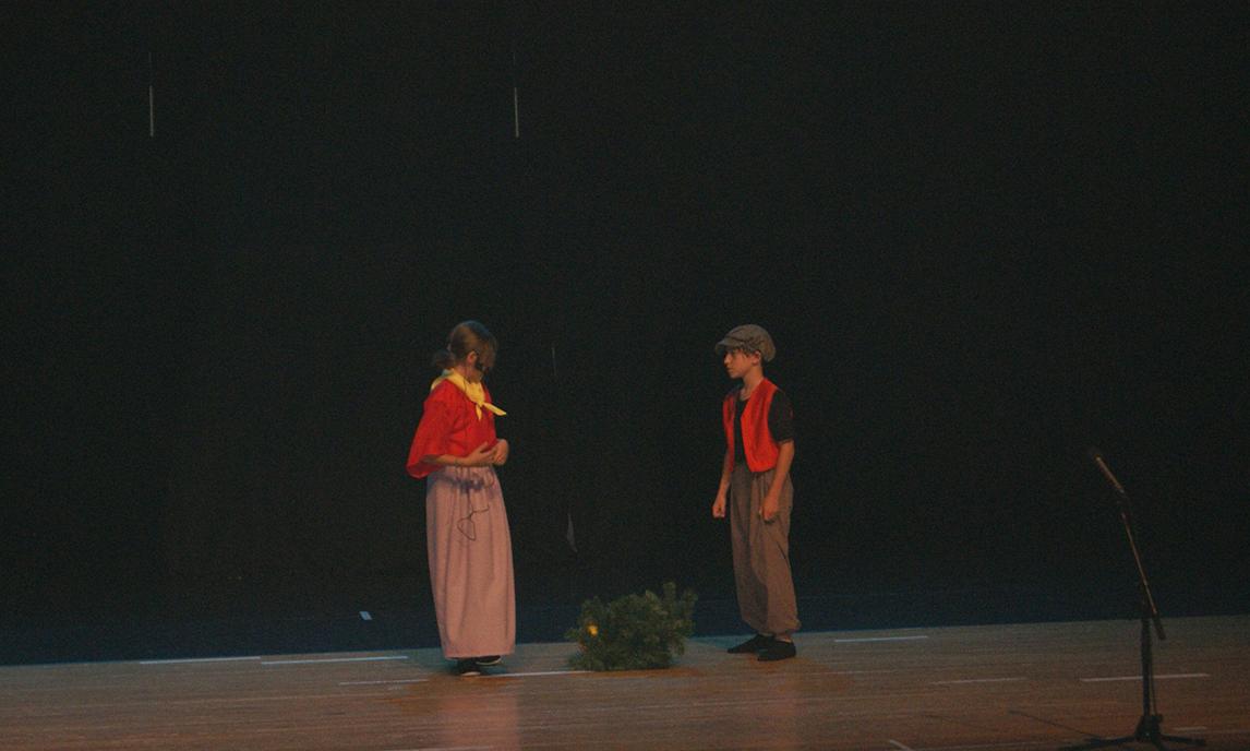 spectacle-la-maison-en-bonbons-cote-cour-2014