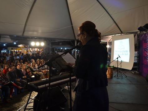Abertura da 34ª Feira do Livro de Caxias do Sul atrai 400 pessoas à Praça Dante Alighieri