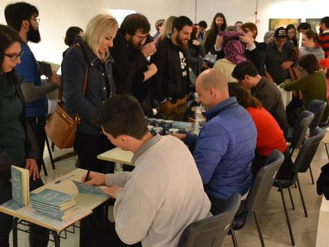 Vencedores do 52º Concurso Anual Literário autografam antologia na Feira do Livro