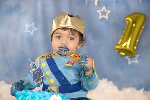 Bebé comendo bolo em sessão fotográfica