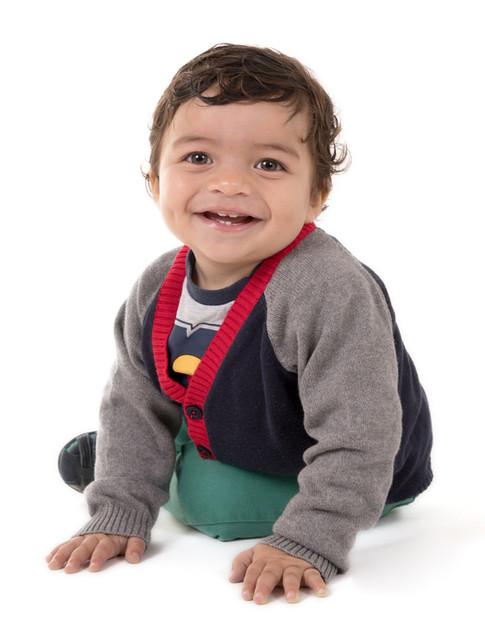 Bebé alegre em sessão de fotografia