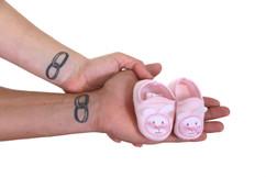 Mãos com sapatinhos de filha
