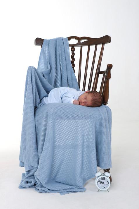 Bebé recem nascido fotografado na cadeira