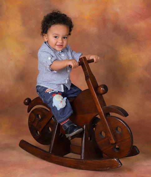 criança sessão fotográfica com moto