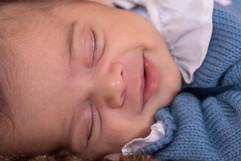 sorriso de bebé recem nascido em estúdio fotográfico