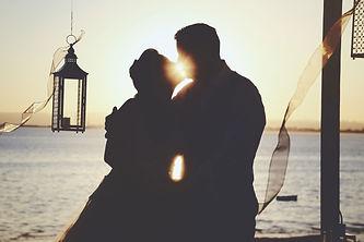 Casal de noivos, no dia de casamento a beijar