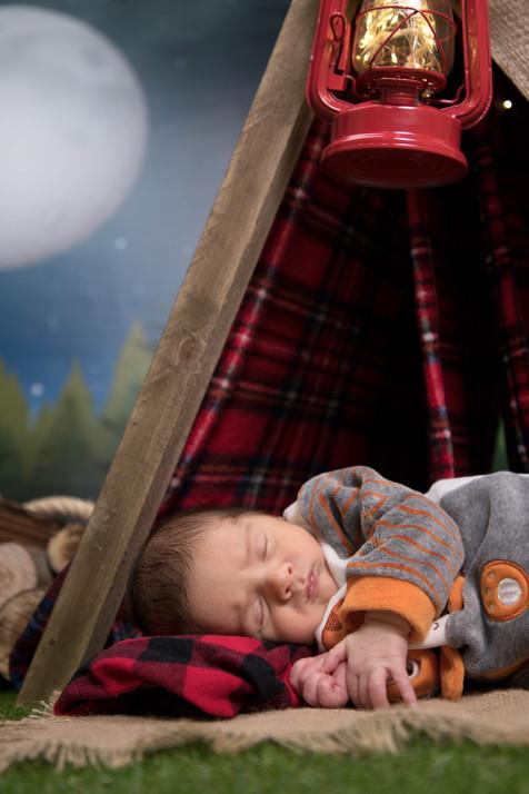 Sessão fotográfica de bebé no tema camping