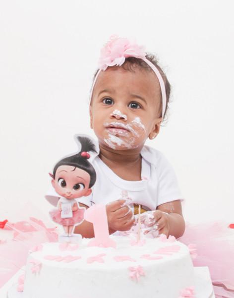 Criança suja de bolo