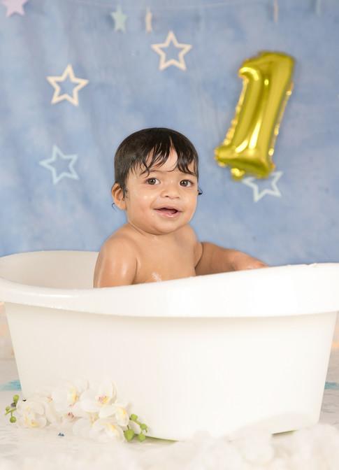 Banho de bebé de um ano em sessão fotográfica