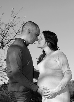 Casal com mãos na barriga de grávida
